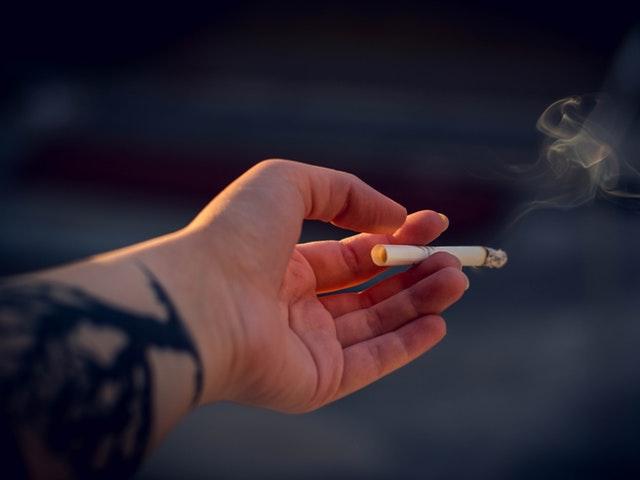 En cigarett i en hand